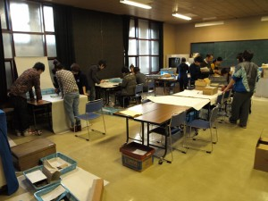 資料の取り扱いや資料カード作成方法を学ぶ博物館実習生